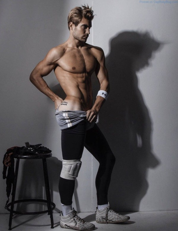 Modelo atlético masculino Lucas Bloms sin camisa
