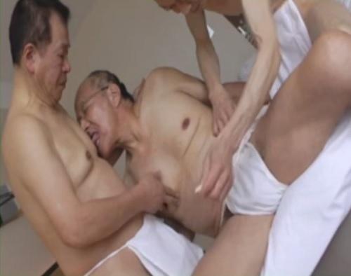 70代ぐらいのおじいちゃん達が3Pゲイセックスを楽しんでいます