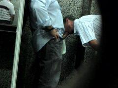 Gays se chupando no banheiro público
