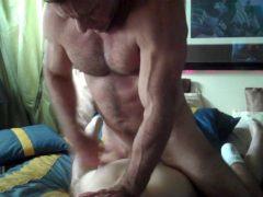 Homem maduro musculoso fode enteado gay