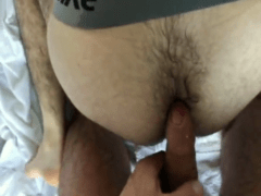 Fetiche gay com machos peludos transando e mijando no cu