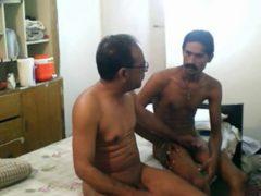 Webcam gay-velho indiano fode com seu amigo magrinho dotado
