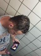 Gringo flagrado batendo punheta no box do banheiro