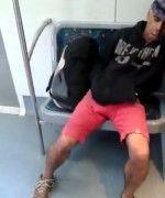 Homem bêbado dormindo de pau duro dentro do trem
