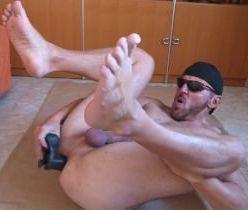 Gay gostoso enfiando vibrador no cu até ser arrombado