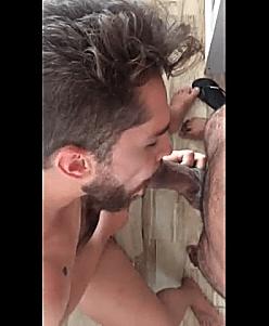 Loiro lindo chupando e dando o cu para o maconheiro da quebrada