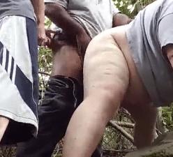 Gordo gay fodido por dois pauzudos na floresta