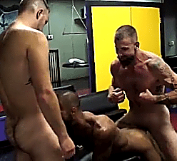 Sexo gay bareback com machos tesudos sarados