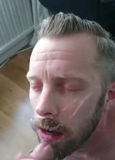 Loirinho levou gozada farta na cara