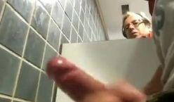 Mais uma putaria gostosa entre machos no banheiro público