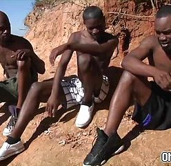 Negros da África fazendo sexo ao ar livre