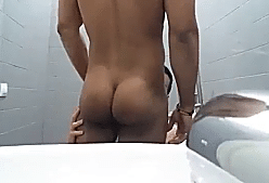 Boquete no moreno casado no banheiro