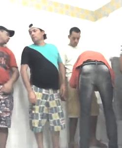 Vários machos se pegando no banheirão do supermercado