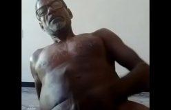Paizão moreno na punheta na webcam