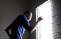 Moreno roludo de pau duro olhando pela janela