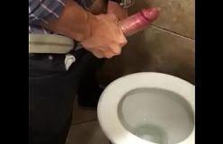 Putaria rola solta no banheirão com dois dotados
