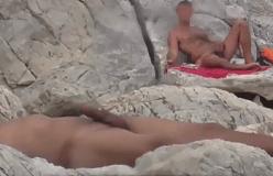 Pegação das boas com estes machos na praia de nudismo