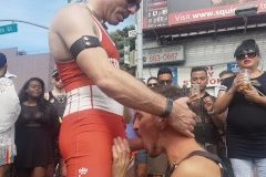 Olha a grossura da pica deste macho na parada gay versão americana