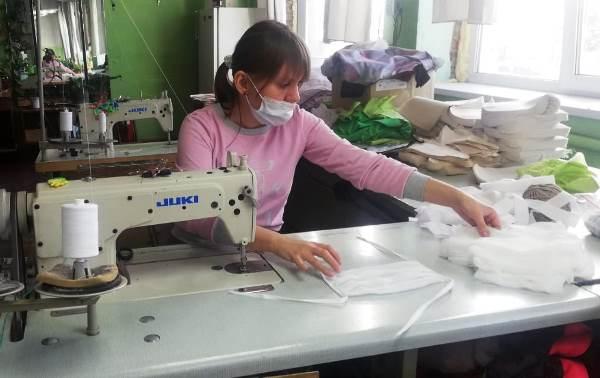 В Алтайском крае предприятия Общероссийского общества слепых начали шить маски
