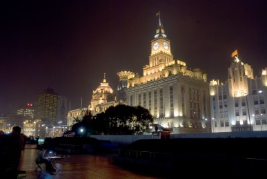 Huangpu Nehri batı yakası, Bund Caddesi bıyunca sömürge döneminden kalma yapılar