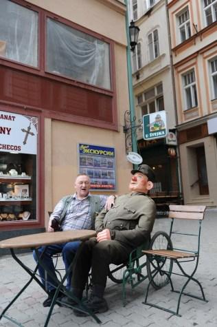 Aslan Asker Şvayk'ın kuklası yanına oturup fotoğraf çektirmek isteyenlerin ilgi odağı haline gelmiş.
