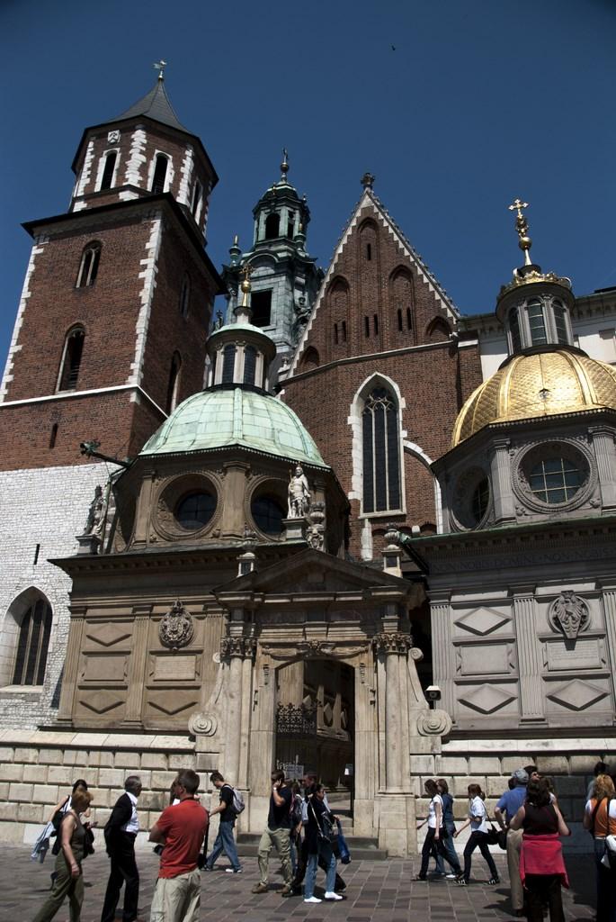 Krakow katedralinin avluya bakan yüzü farklı dönemlere tarihlenerek eşsiz bir görünüm kazanmış