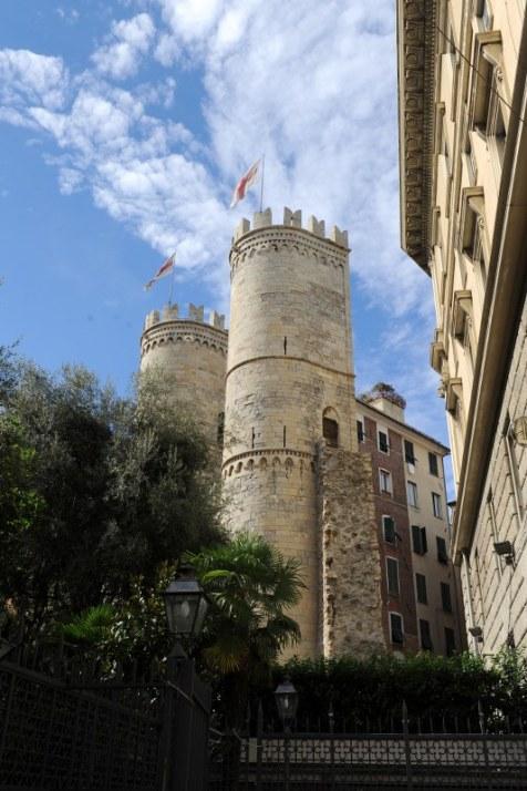 Eski kenti çevreleyen taş hisarlar bugün kentin içinde kalmış