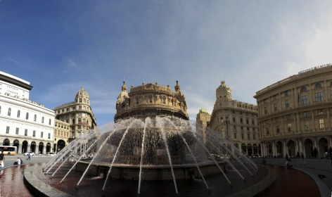 Ferrari Meydanı tarihi ve modern Cenova'nın birleştiği yer. Ortadaki büyük fıskiyeli havuzun etrafında geniş bir alan ve alanı çevreleyen önemli binalar yer alıyor.