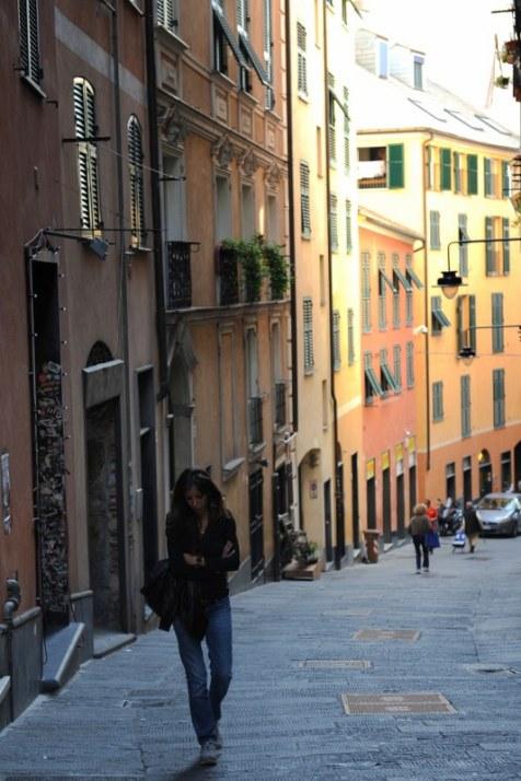 Eski Cenova, Caruggi denilen minik cadde ve sokaklarla birbirine bağlı eski taş yapılar topluluğu.