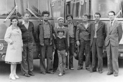 Сотрудники телецентра у передвижной телестанции. Фото 1980 года