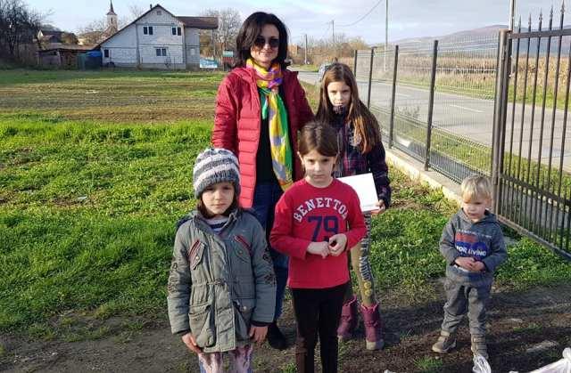Alexandra Magdalena Rus și câțiva dintre copiii care vor avea acum acces la educatie