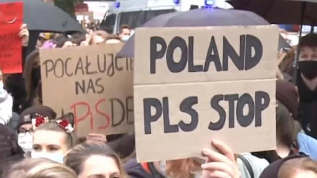 proteste-in-polonia-–-mii-de-oameni-scandeaza-impotriva-interzicerii-avortului