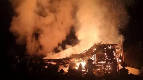 suceava:-biserica-de-lemn-din-brodina-de-sus,-mistuita-din-temelii-de-un-incendiu-puternic-(video)