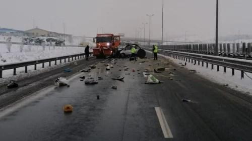 accident-rutier-pe-autostrada-a1,-intre-o-masina-si-un-utilaj-de-deszapezire.-trei-persoane-au-decedat,-alte-doua-sunt-in-stare-grava-dupa-ce-au-ramas-incarcerate