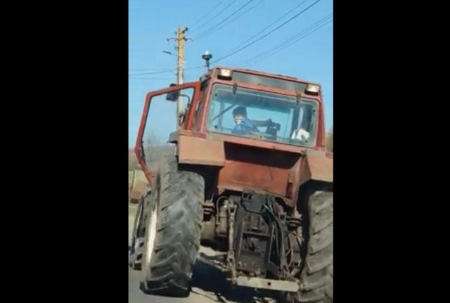copil la volanul unui tractor