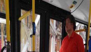 om fara masca in autobuz