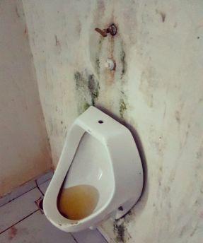 Banheiro em uso e inacabado na praia das Arnos, em Palmas, Tocantins