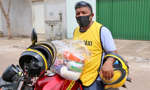 Os mototaxistas receberam 200 cestas básicas do Governo do Tocantins
