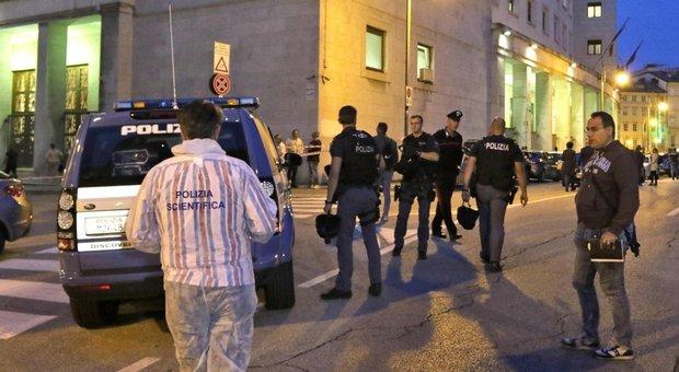 In questura per un furto, uno spara e uccide due agenti