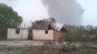 Residência destruída em assentamento incendiado.