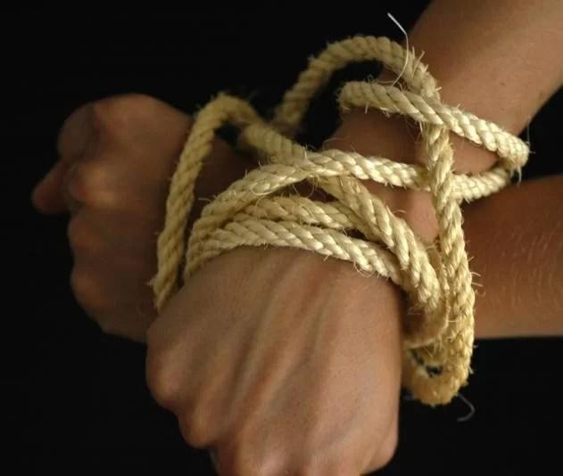 S-a legat singură de mâini şi picioare în scara blocului ca să nu o certe părinţii