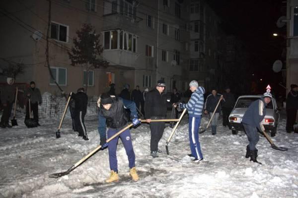 200 de voluntari au deszăpezit străzile din Băicoi