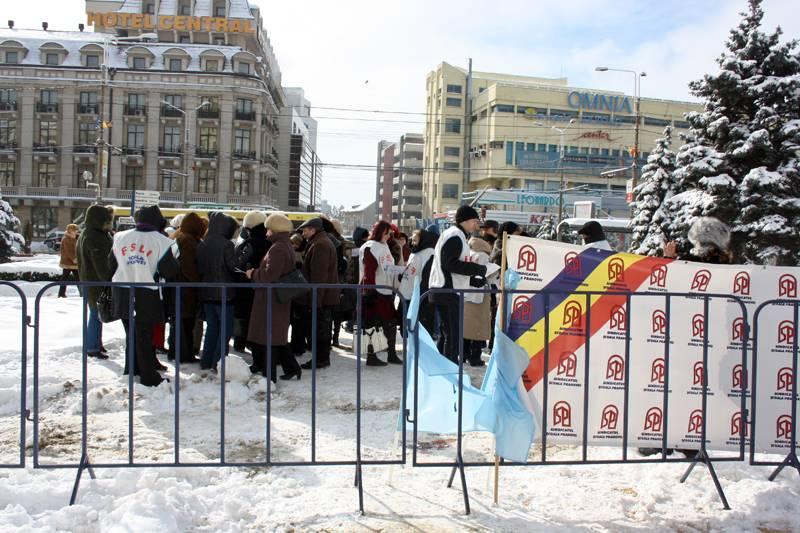 Profesorii au protestat în faţa Prefecturii Prahova/GALERIE FOTO