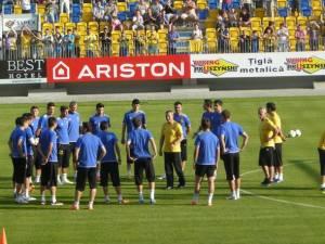 Mircea_Rednic_si_stafful_sau_la_discutie_cu_jucatorii_11.VI.2012_fc_petrolul.ro