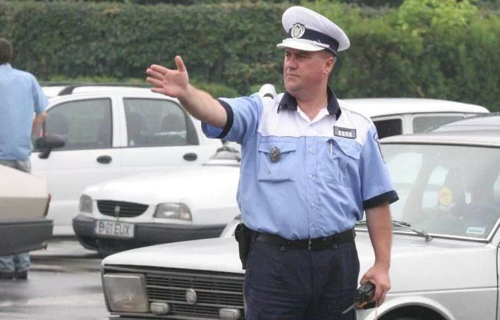 Ai voie să cobori din maşină când te opreşte poliţia? Ce spune legea