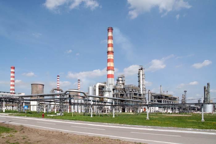Rafinăria Lukoil îşi reia activitatea