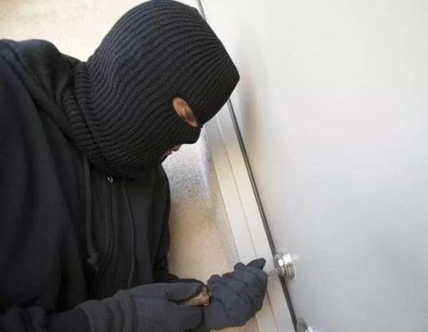 Hoţi prinşi după ce au spart mai multe apartamente din Ploieşti