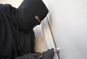 Prins de vecini când spărgea o casă din Dumbrava