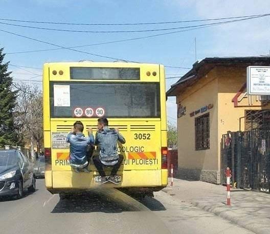 Cum se mai circulă prin Ploieşti: agăţaţi ca maimuţele de autobuz