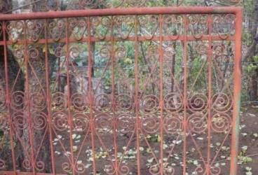 Păcală din Buşteni a plecat cu poarta la… fier vechi